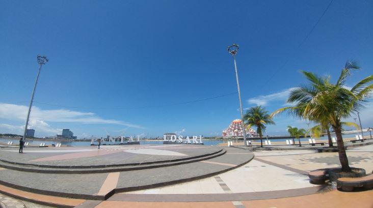 Salah satu tempat ikonik di Makassar, Pantai Losari